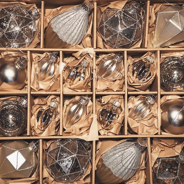 Conjunto de 20 bugigangas de vidro de prata de luxo. decoração de natal vintage em uma caixa