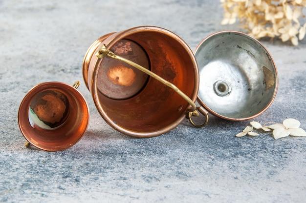 Conjunto de 3 miniaturas de cobre em fundo de concreto