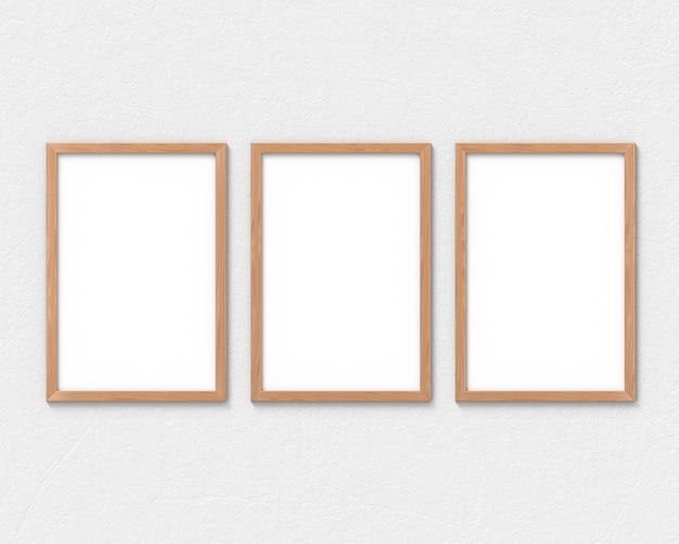 Conjunto de 3 molduras de madeira verticais com uma borda pendurada na parede. renderização em 3d.