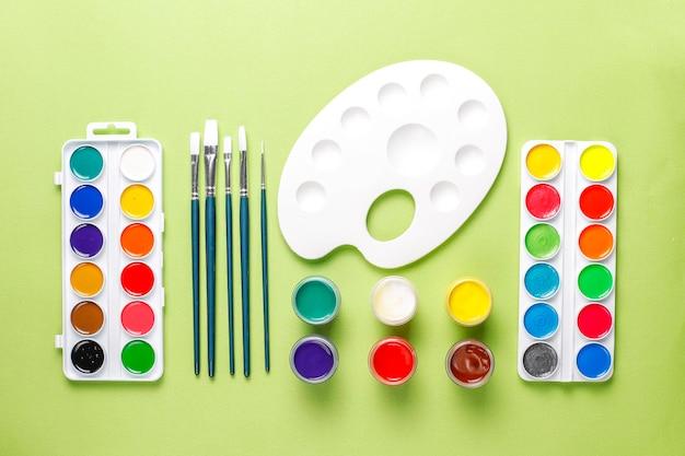 Conjunto de acessórios coloridos para pintura e desenho.