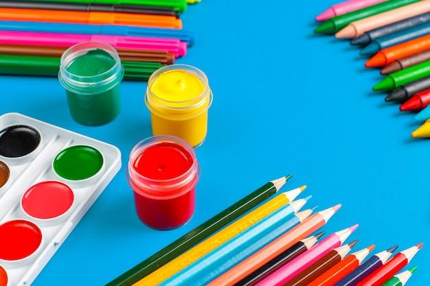 Conjunto de acessórios coloridos para pintura e desenho. Foto gratuita