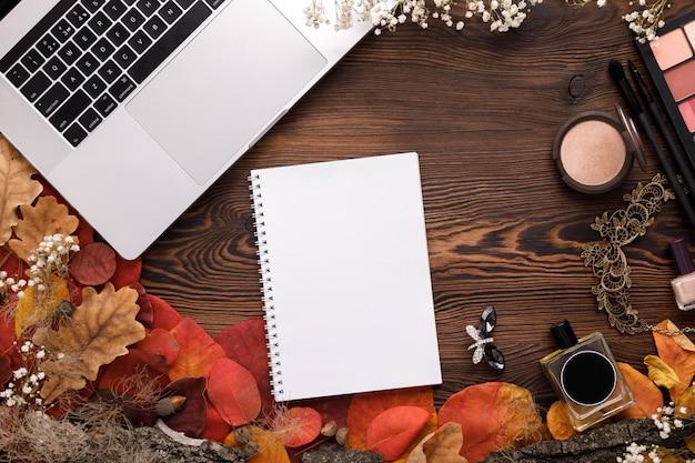 Conjunto de acessórios de moda feminina. folhas de outono, caderno de papel e computador portátil