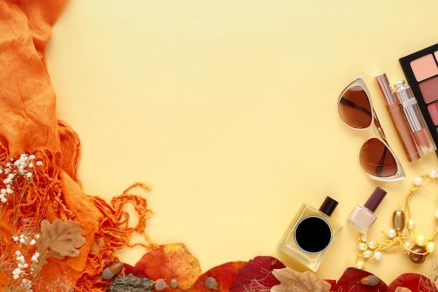 Conjunto de acessórios de moda feminina. folhas de outono, óculos de sol, perfumes e cosméticos