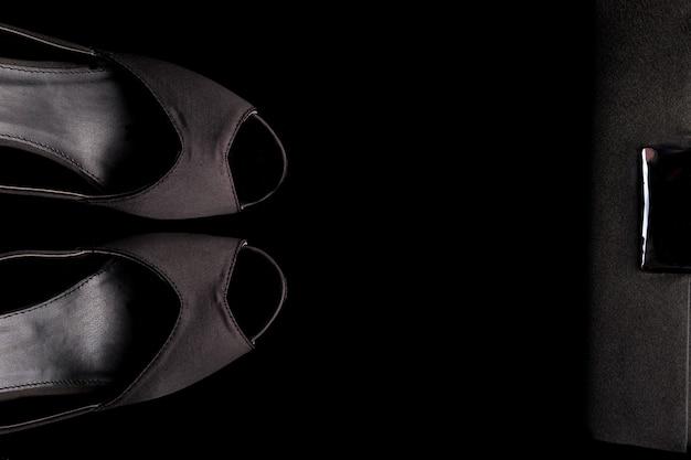 Conjunto de acessórios de moda senhora. mínimo. sapatos pretos e bolsa em preto. postura plana.