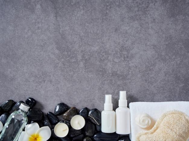 Conjunto de acessórios de spa em fundo de mármore cinza.