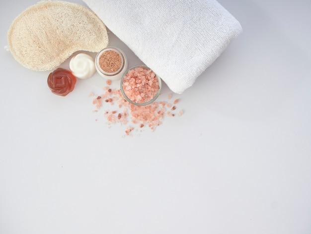 Conjunto de acessórios de spa em uma mesa branca