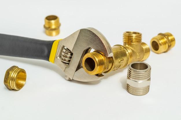Conjunto de acessórios e chave ajustável usados para conectar para instalações de água e gás