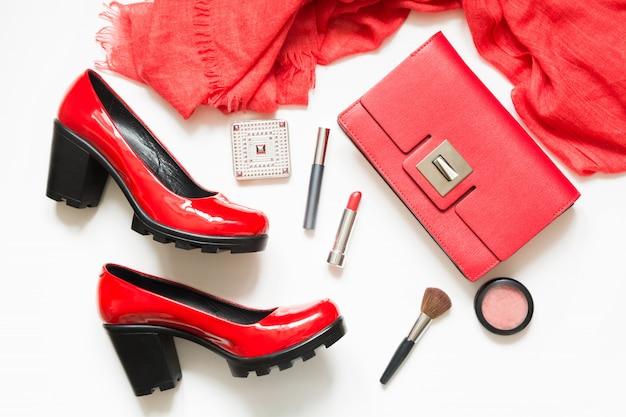 Conjunto de acessórios femininos vermelhos para novo visual, vestido de cocktail, evento especial em flat lay