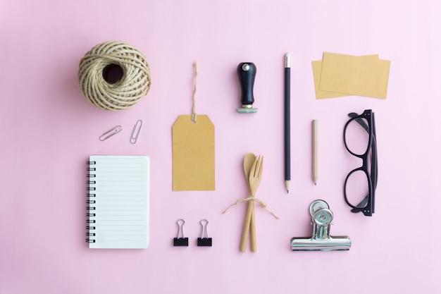 Conjunto de acessórios para escritório na parede rosa