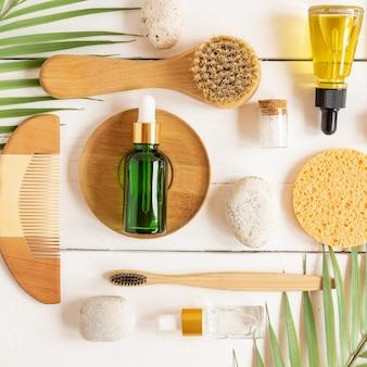 Conjunto de acessórios pessoais de banho com cosméticos ecológicos e escovas de dente de bambu em fundo branco, padrão