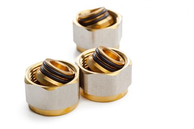 Conjunto de acoplamentos de encanamento de metal-plástico, adaptadores, plugues isolados no branco