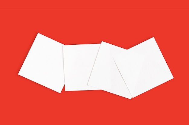 Conjunto de adesivos brancos sobre fundo vermelho