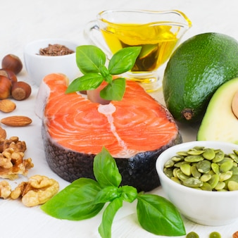 Conjunto de alimentos com alto teor de gorduras saudáveis e ômega 3