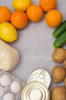 Conjunto de alimentos de legumes, frutas, conservas, cereais e ovos para o período de isolamento e quarentena. doação de alimentos ou conceito de serviço de entrega de alimentos.