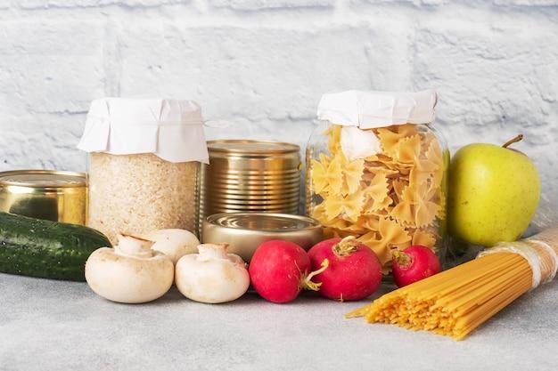 Conjunto de alimentos óleo vegetal, arroz de macarrão e legumes com frutas. alimento para doação. copie o espaço.
