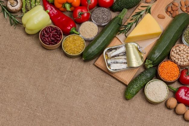 Conjunto de alimentos saudáveis, queijo, sardinha, feijão, nozes, quinua bulgur, grão de bico