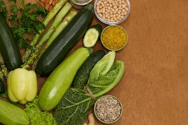 Conjunto de alimentos saudáveis, queijo, vegetais folhosos, feijão nozes, quinua bulgur, grão de bico