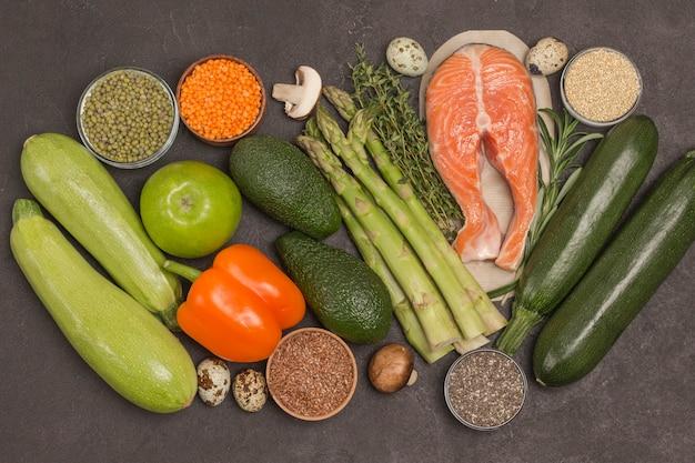 Conjunto de alimentos saudáveis, salmão, vegetais, feijão, nozes, quinua, bulgur, grão de bico, linho, amêndoa