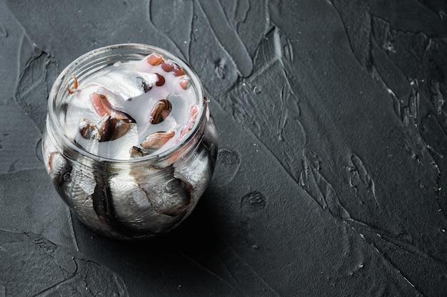 Conjunto de anchova em lata, em frasco de vidro, na cor preta