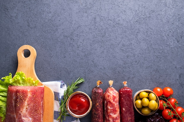 Conjunto de aperitivos carne produtos vegetais e especiarias. vista do topo.