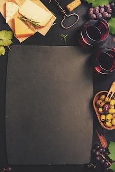 Conjunto de aperitivos de vinho: seleção de queijo francês, uvas e nozes