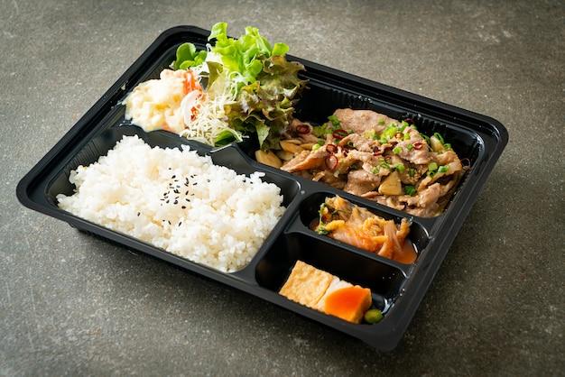 Conjunto de arroz japonês com yaki bento de porco - comida japonesa