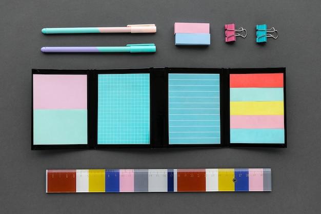 Conjunto de artigos de papelaria coloridos na área de trabalho