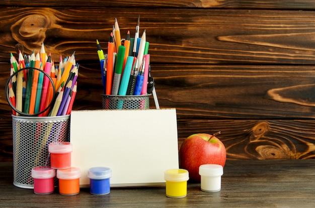 Conjunto de artigos de papelaria da escola para escrita criativa e desenho