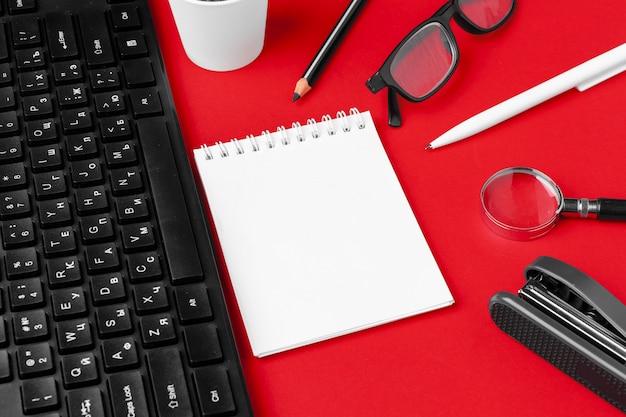 Conjunto de artigos de papelaria na mesa de escritório vermelho