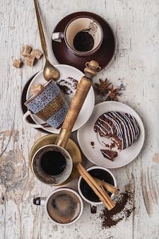 Conjunto de artigos e produtos para fazer café.