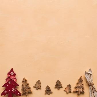 Conjunto de árvores de natal decorativas e céus de brinquedo