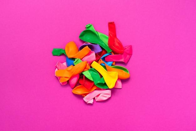 Conjunto de balões coloridos em fundo rosa