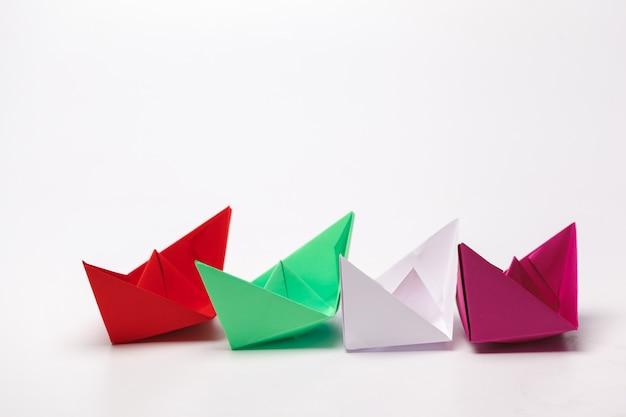 Conjunto de barcos de papel origami. liderança e conceito de negócio