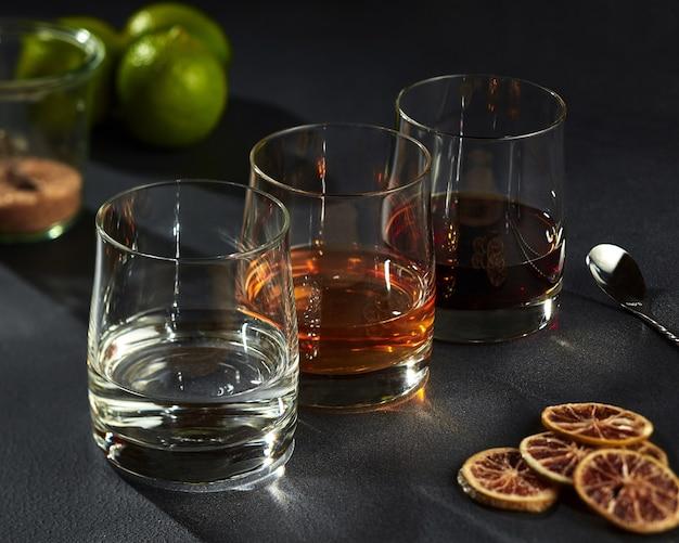 Conjunto de bebidas alcoólicas fortes em copos de gelo