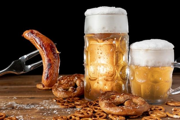 Conjunto de bebidas alemãs e lanches em uma mesa