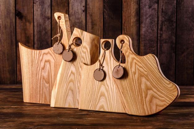 Conjunto de belas tábuas de corte de madeira em uma mesa de madeira. cozinhando na cozinha
