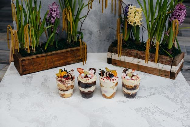 Conjunto de belo delicioso trifl close - up no. sobremesa e doces.