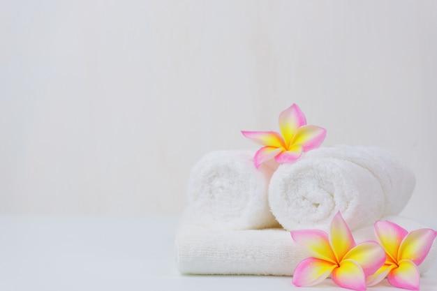 Conjunto de bem-estar spa. beleza e moda definido na mesa branca.