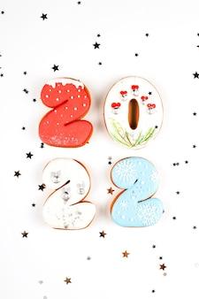 Conjunto de biscoitos de gengibre em forma de números de ano novo em fundo branco