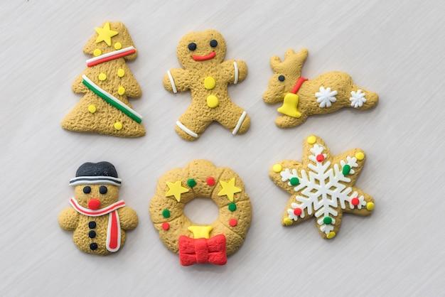Conjunto de biscoitos de natal na mesa de madeira