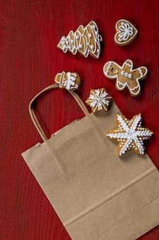Conjunto de biscoitos festivos de ano novo em fundo vermelho de madeira
