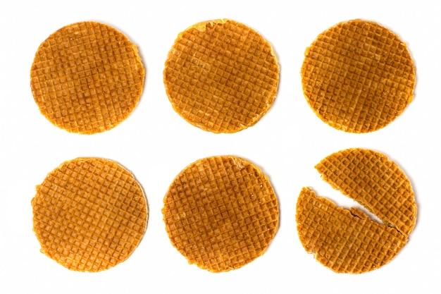 Conjunto de biscoitos holandeses e um quebrado em branco, isolado. vista do topo.