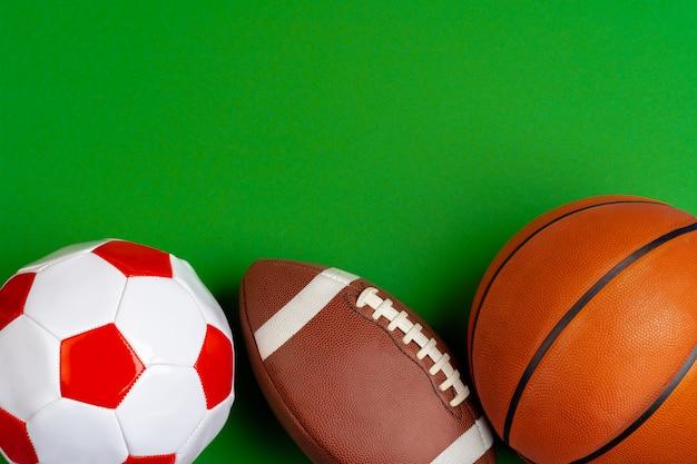 Conjunto de bolas de futebol, basquete e rugby
