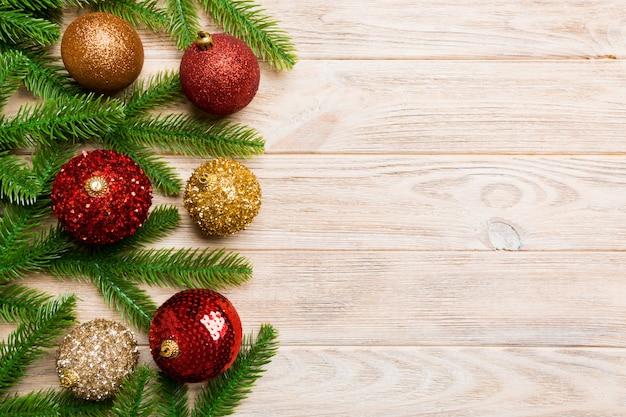 Conjunto de bolas festivas, abeto e decorações de natal em fundo de madeira. vista superior do conceito de ornamento de ano novo com espaço de cópia