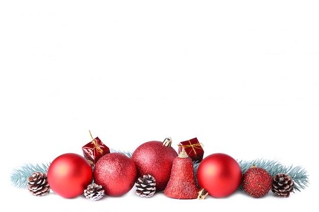 Conjunto de bolas vermelhas de natal com decoração isolado no branco