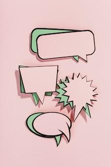 Conjunto de bolhas do discurso em quadrinhos vazio no pano de fundo rosa