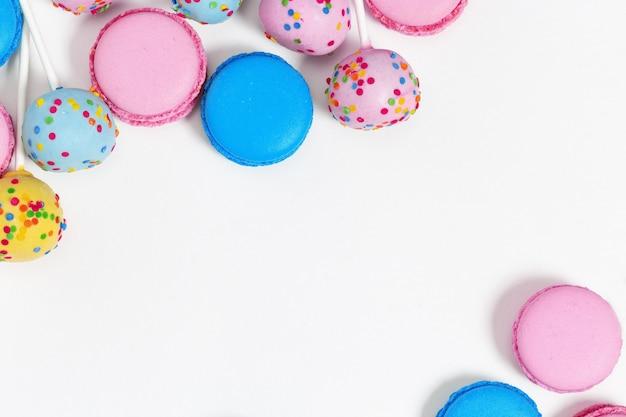 Conjunto de bolos coloridos brilhantes sobre um fundo branco com espaço de cópia.