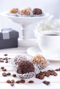 Conjunto de bombons de chocolate na mesa na luz