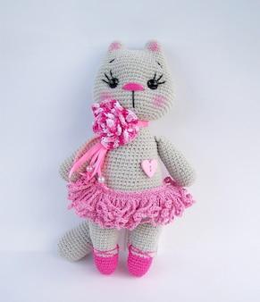 Conjunto de boneca de crochê gato cinza feito à mão sobre fundo branco