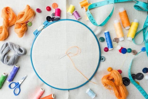 Conjunto de bordados. tecido de linho branco